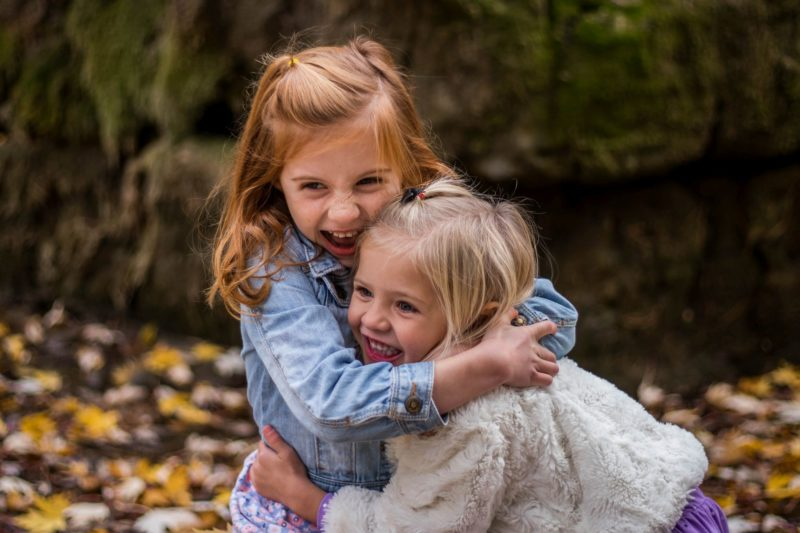 Mädchen, die sich umarmen