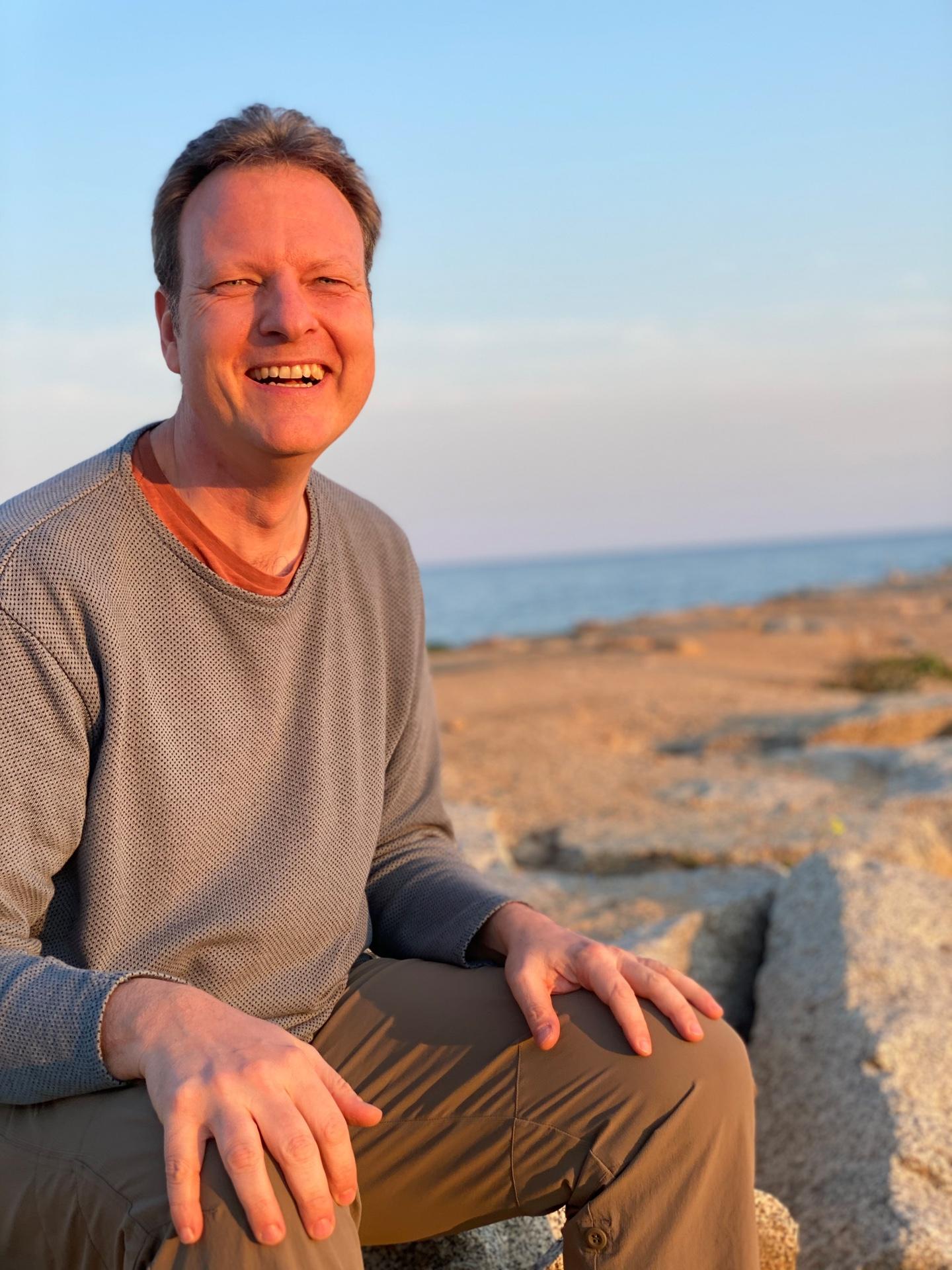 Hendrik Roggemann am Strand lachend